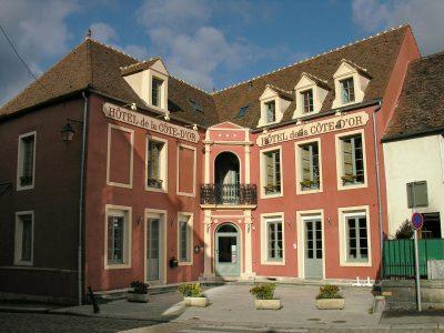 Façade de l'Hôtel relais de la Côte-d'Or à Semur-en-Auxois Bourgogne