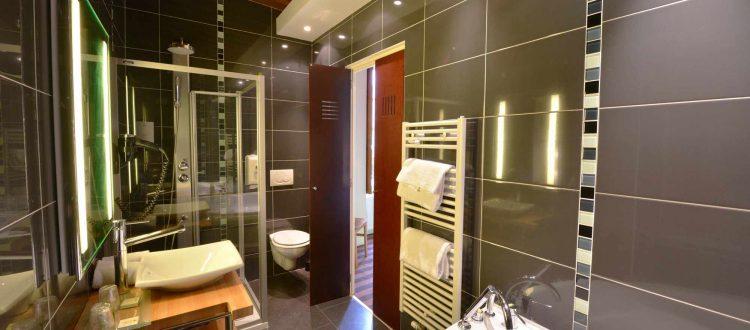 salle de bain chambre 104 de l'Chambre 402 à l'Hôtel relais de la Côte-d'Or à Semur-en-Auxois Bourgogne