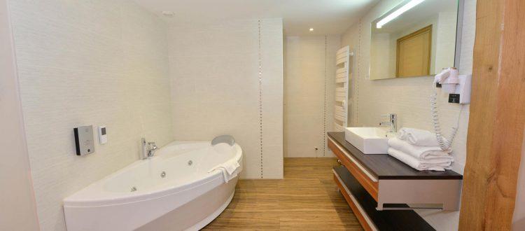 Salle de bain chambre 302 de l'Chambre 402 à l'Hôtel relais de la Côte-d'Or à Semur-en-Auxois Bourgogne