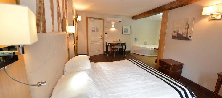 Chambre 302 à l'Chambre 402 à l'Hôtel relais de la Côte-d'Or à Semur-en-Auxois Bourgogne
