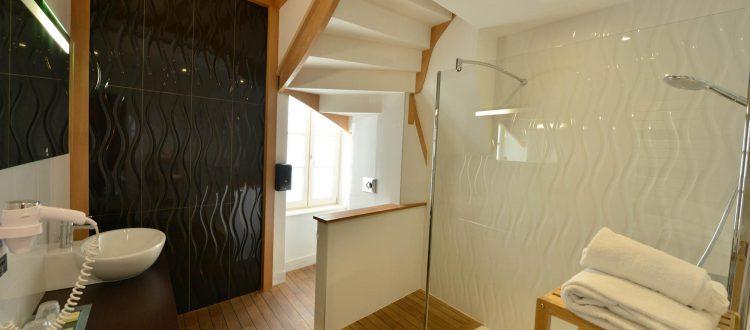 vue de la salle de bains de la chambre 305 à l'Chambre 402 à l'Hôtel relais de la Côte-d'Or à Semur-en-Auxois Bourgogne