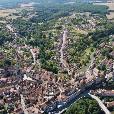 Vue aérienne de Semur en Auxois où est implanté l'Hôtel relais de la Côte-d'Or à Semur-en-Auxois Bourgogne