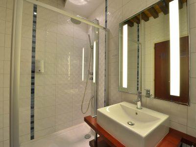 salle de bain chambre 105 de l'Chambre 402 à l'Hôtel relais de la Côte-d'Or à Semur-en-Auxois Bourgogne