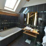 Salle de bain chambre 201 Chambre 402 à l'Hôtel relais de la Côte-d'Or à Semur-en-Auxois Bourgogne