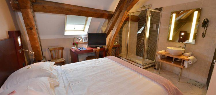 Salle de bain chambre 203 Chambre 402 à l'Hôtel relais de la Côte-d'Or à Semur-en-Auxois Bourgogne