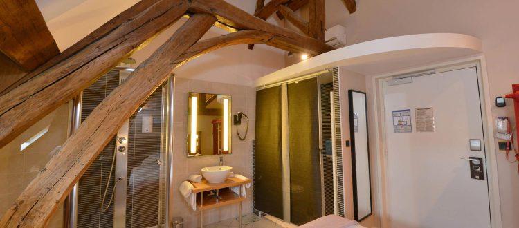 Vue de la salle de bains de la chambre 203 Chambre 402 à l'Hôtel relais de la Côte-d'Or à Semur-en-Auxois Bourgogne