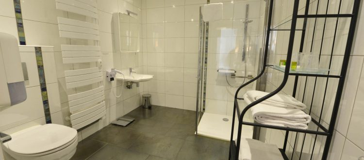Salle de bains chambre 301 Chambre 402 à l'Hôtel relais de la Côte-d'Or à Semur-en-Auxois Bourgogne