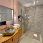 Salle de bain à l'Chambre 402 à l'Hôtel relais de la Côte-d'Or à Semur-en-Auxois Bourgogne