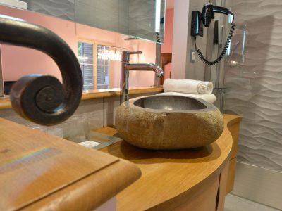 Détails salle de bain à l'Chambre 402 à l'Hôtel relais de la Côte-d'Or à Semur-en-Auxois Bourgogne
