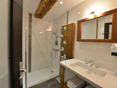 Salle de bain chambre 303 de l'Chambre 402 à l'Hôtel relais de la Côte-d'Or à Semur-en-Auxois Bourgogne