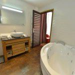 Salle de bain de la chambre 304 de l'Chambre 402 à l'Hôtel relais de la Côte-d'Or à Semur-en-Auxois Bourgogne