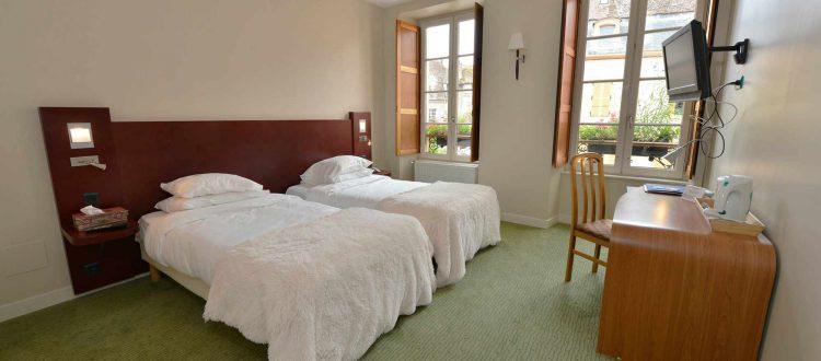Vue d'une chambre de l'hôtel relais de la Côte-d'Or à Semur en auxois Bourgogne france