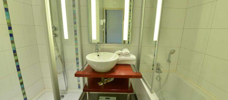 salle de bain d'une chambre de l'hôtel relais de la Côte-d'Or à Semur en auxois Bourgogne france