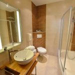 salle de bain chambre 102 Chambre 402 à l'Hôtel relais de la Côte-d'Or à Semur-en-Auxois Bourgogne