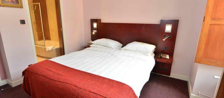 vue lit chambre 102 Chambre 402 à l'Hôtel relais de la Côte-d'Or à Semur-en-Auxois Bourgogne