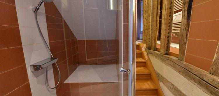 salle de bain chambre 103 de l'Chambre 402 à l'Hôtel relais de la Côte-d'Or à Semur-en-Auxois Bourgogne