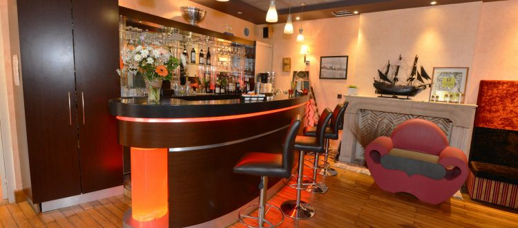 Bar de l'Hôtel relais de la Côte-d'Or à Semur-en-Auxois Bourgogne