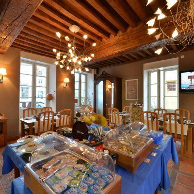 Buffet petit déjeuner à l'Hôtel relais de la Côte-d'Or à Semur-en-Auxois Bourgogne