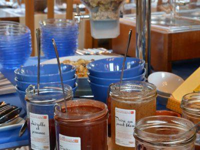 Petit déjeuner et produits du terroir à l'Hôtel relais de la Côte-d'Or à Semur-en-Auxois tourisme en Bourgogne France